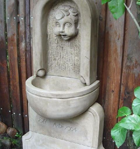 Kamienna fontanna ogrodowa,ogród,ozdoby ogrodowe