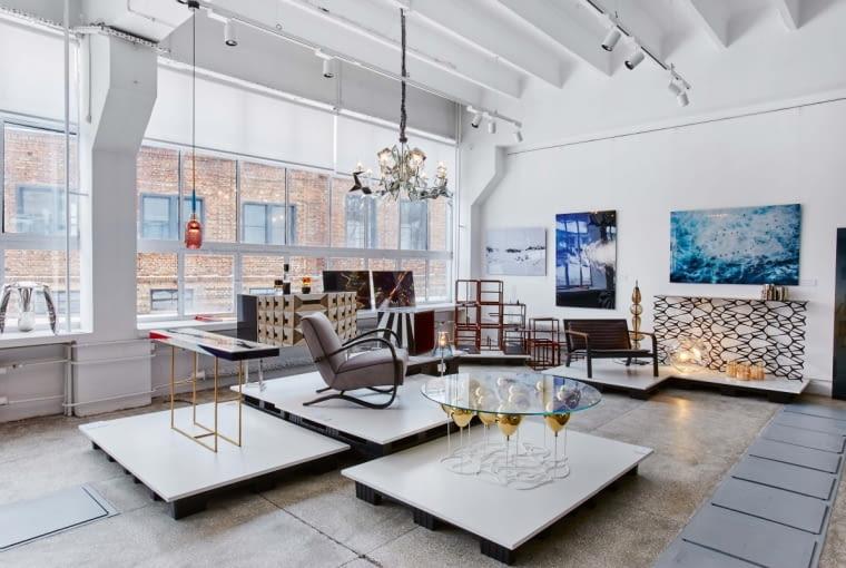 Postindustrialne wnętrza to ciekawe tło unikatowych obiektów. Na ścianie zdjęcia Borisa Kudlicki (z lewej) i Jacka Poremby. Pod jedną z fotografii arcydzieło recyklingu - ażurowa konsola Fenced-in nowojorskiego studia Uhuru, wykonana z elementów żeliwnego ogrodzenia. W rogu konstrukcja modułowa projektu Tomka Rygalika (TRE).