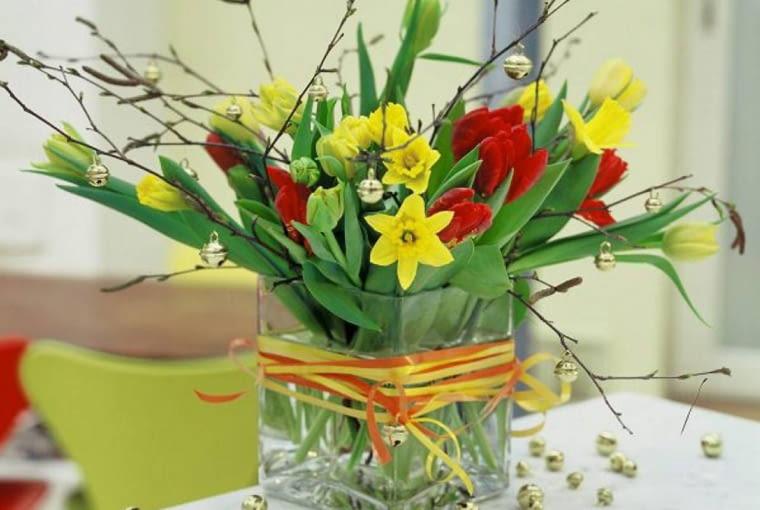 Strauß aus Birkengrün, Narzissen und Tulpen - mit Bändern umwickelt SLOWA KLUCZOWE: Birkengrün Blume Blumen Blumenstrauß Blumensträuße Blumenvase Blumenvasen Bänder Deko-Idee Dekoration Endress Florales Frühling Frühlingsblume Frühlingsblumen Frühlingsstrauß Frühlingssträuße Frühlingstisch Frühlingstische Gastlichkeit Glasvase Glasvasen Narzisse Narzissen Oster Osterstrauß Ostersträuße Strauß Tisch Tischdeko Tische Tulpe Tulpen Vase Vasen dekoriert frühlingshaft umwickeln österlich *** Local Caption *** 00032418