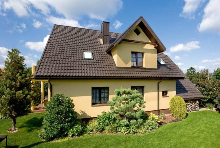 Ściany lukarn muszą być starannie zabezpieczone przed zawilgoceniem, a na styku daszku lukarn i dachu domu powinny być wykonane rynny koszowe