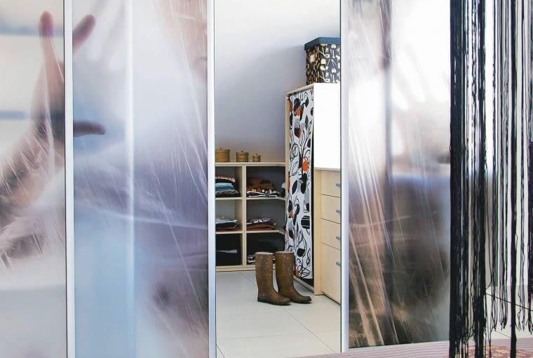 Fotograficzna galeria na drzwiach? Jak najbardziej. Wystarczy zamówić wydruk własnego zdjęcia na samoprzylepnej folii i nakleić go na drzwi. Nie jest to jednak proste zwłaszcza na dużej powierzchni, jeśli więc nie czujemy się na siłach, lepiej poprosić o pomoc fachowca.