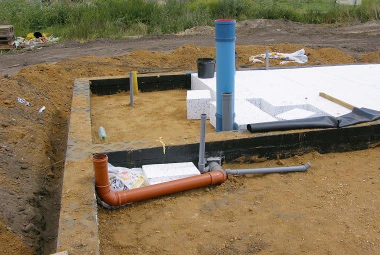Przed wykonaniem podłogi na gruncie rozprowadza się instalacje; dzięki temu nie trzeba kuć otworów wzaizolowanych fundamentach.