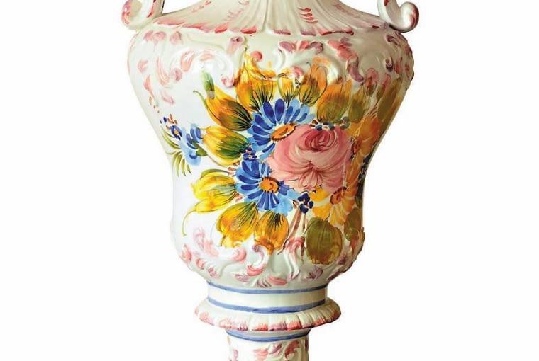 Wazy inspirowane antykiem zdobiono motywami kwiatowymi, nietypowymi dla klasycyzmu.
