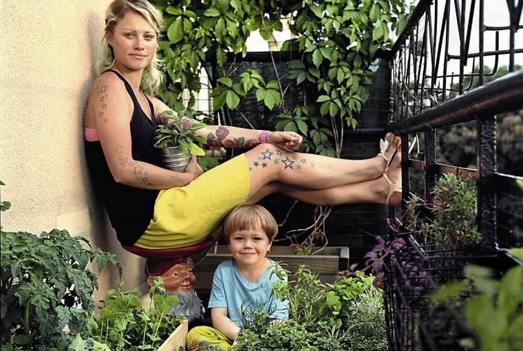 Marta Wajda, graficzka, wlascicielka firmy gastronomicznej Made with Love z czteroipolletnik synkiem Jankiem SLOWA KLUCZOWE: kobieta portret balkonowy ogrodnik