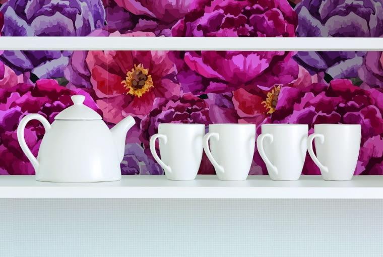 """NA kuchennej ścianie zakwitły peonie. W takim otoczeniu miło sączyć kawę i herbatę.Fotonaklejka """"Kwiaty malowane"""", 1×1 m, ok. 160 zł, dekornik.pl."""