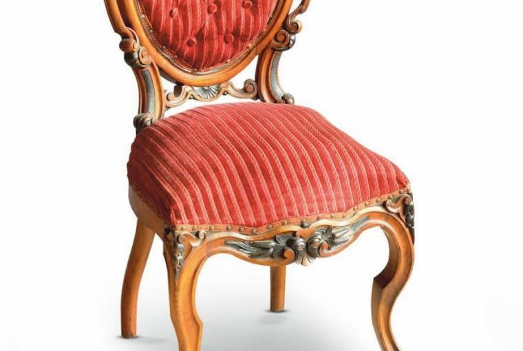 To krzesło nawiązuje formą do rokoka, ale jego zdobienia zostały zapożyczone już z innych epok, m.in. z baroku.