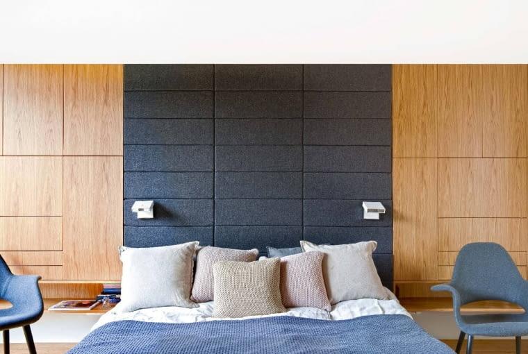 Sypialnia - harmonia form i naturalnych kolorów. Strefę snu wytycza tapicerowany tkaniną fragment ściany.