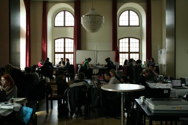 Studenci w trakcie pracy w grupach warsztatowych