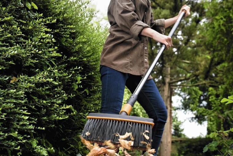 Szczotka QuikFit , pomoże uporać się z jesiennymi liśćmi naschodkach czychodnikach.