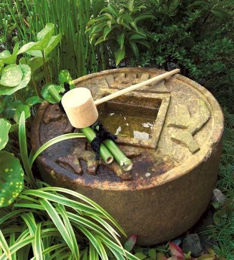 Kamienne źródełko - bezpretensjonalne i naturalne - świetnie wpisuje się w przestrzeń japońskiego pejzażu.