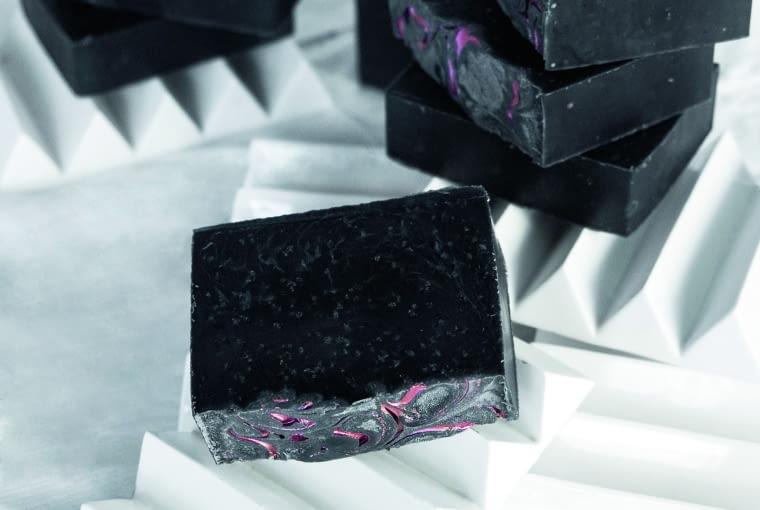 Zestaw mydelniczka i czarne mydło (z węgla aktywnego) to efekt współpracy z wrocławską manufakturą kosmetyków naturalnych Purite.
