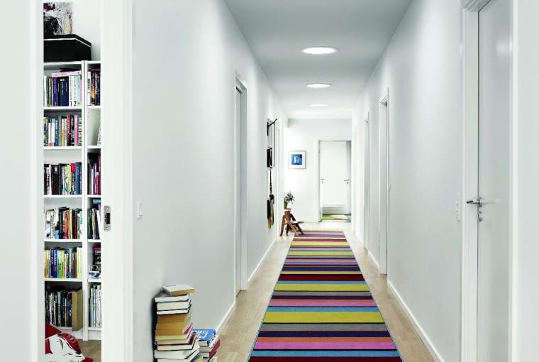 Długi korytarz na piętrze można doświetlić kilkoma świetlikami tunelowymi. Dzięki temu przez cały dzień będzie tam jasno, bez konieczności włączania światła sztucznego
