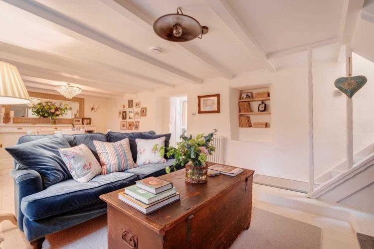 Stylowa sofa i stolik ze starej skrzyni