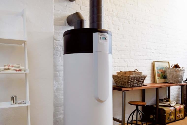 Dostępne na rynku pompy ciepła do c.w.u. różnią się budową oraz sposobem doprowadzenia powietrza