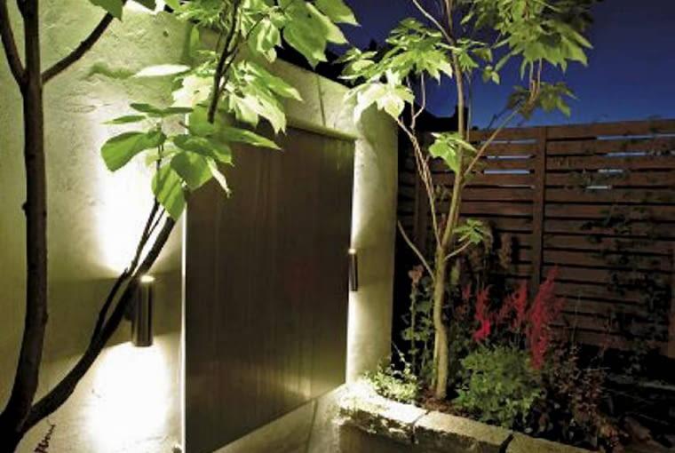 Projekty ogrodów. Mały ogród jak nastrojowy obraz. Centralnym punktem ogrodu jest nowoczesna, podświetlona kaskada otoczona katalpami