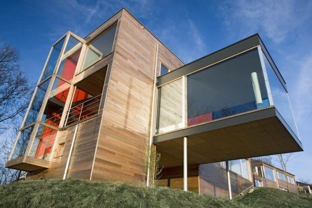 Drewniana elewacja to jeden z najstarszych sposobów wykończenia zewnętrznej fasady domów, który wciąż cieszy się popularnością. Obecnie stosowanie drewna w budownictwie przeżywa swój renesans. Na zdjęciu cedr kanadyjski