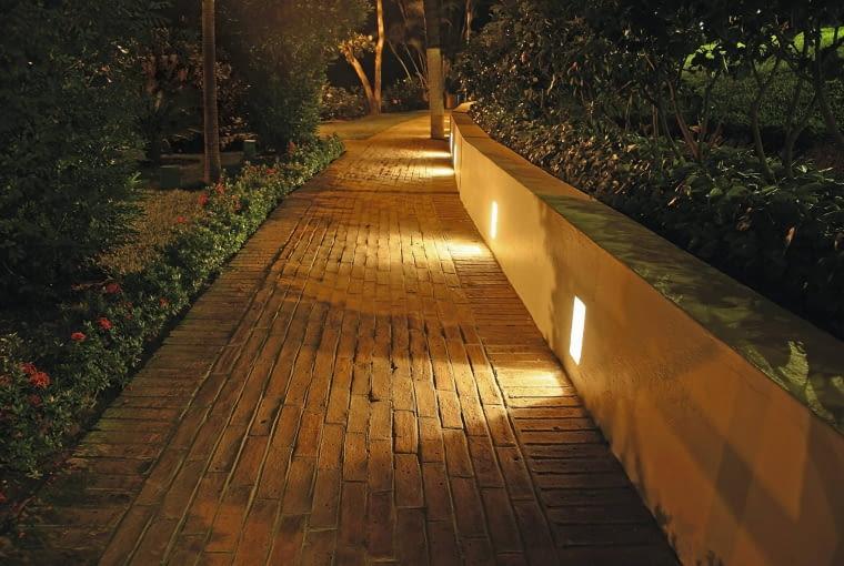 Idealnie oświetlona ścieżka - wbudowane w murek źródła światła zapewniają bezpieczny spacer, a przy tym nie oślepiają przechodnia.