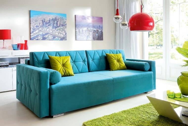 DO KOMPLETU. Kolorystyczną kompozycję tworzą nie tylko meble, poduszki, wazony, lampy. Agdyby tak pod kolor dobrać również obrazy iplakaty? Trzyosobowa sofa Belisa, od 1589 zł, Agata