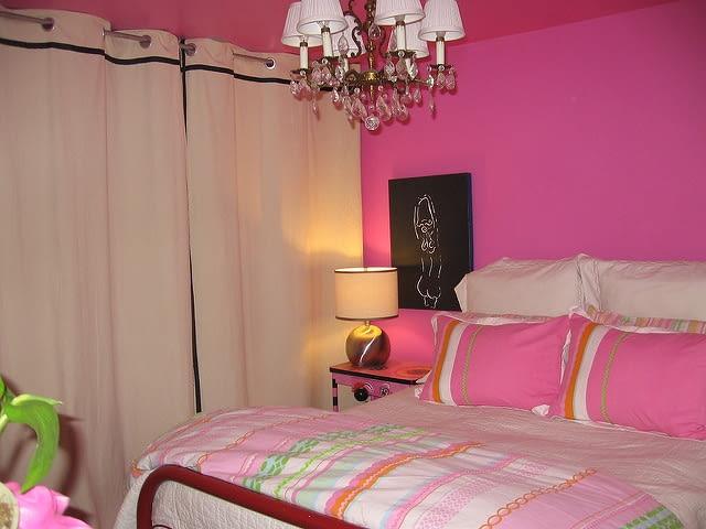 sypialnia, brzydka sypialnia, intensywne kolory w sypialni