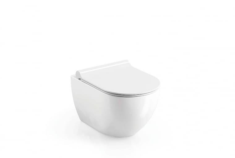 Uni Chrome/RAVAK. Miska wisząca wyposażona w system głębokiego spłukiwania - przy użyciu zaledwie 4 l wody toaleta jest doskonale czysta; zawieszany system instalacyjny oraz ukryty system montażu w ścianie ułatwiają dbanie o porządek; wymiary: 360 x 510 x 350 mm. Cena: 934 zł; 221 zł (deska wolno opadająca Uni Chrome 02A), www.ravak.pl