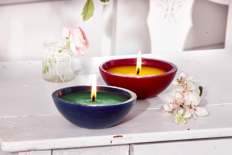 Barwione i aromatyzowane świece Citronella pomogą odstraszyć insekty cytrynowym zapachem, Tchibo ok. 30 zł/2 szt.
