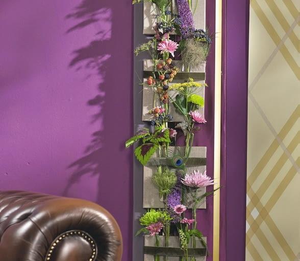 Orientalne kompozycje kwiatowe. Kwietne panneau: liście koleusów, jeżyny, baldachy kopru i dzikiej marchwi, owocostany winnika, budleje, powojniki