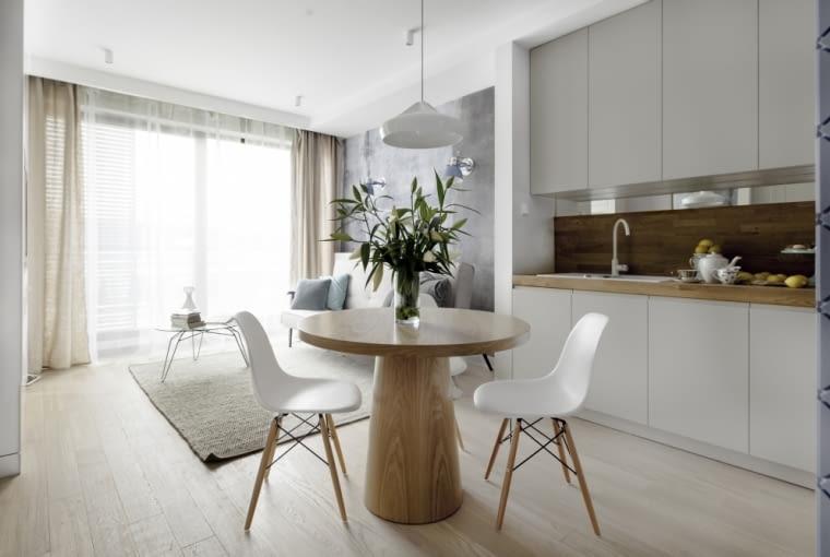 Otwarta, minimalistyczna kuchnia z akcentami z drewna.
