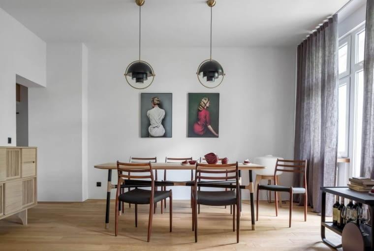 W jadalni główną rolę odgrywają efektowne stół i krzesła.