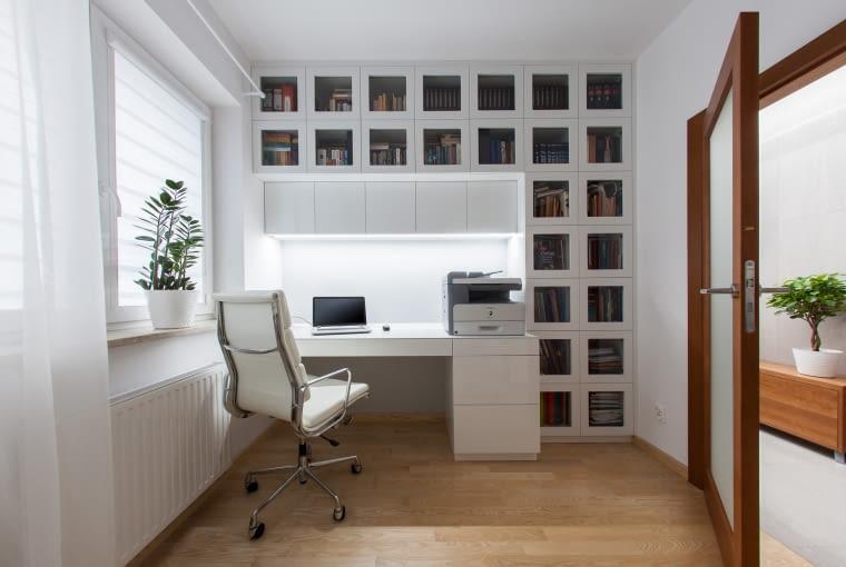 W gabinecie zadbano o odpowiednio dużą ilość miejsca na przechowywanie.