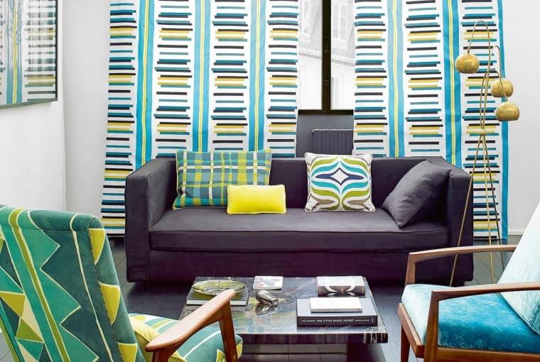 DWA W JEDNYM. Na tych zasłonach połączono wzory pionowe, które podwyższają pokój, z poziomymi, które go poszerzają.