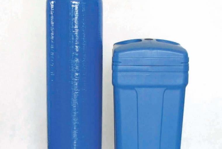 Na rynku dostępne są urządzenia dwuelementowe (kolumna ze złożem + zbiornik solanki) lub kompaktowe jednoelementowe