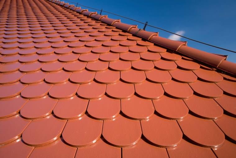 Karpiówka/WIENERBERGER | Rodzaj: dachówka ceramiczna | wymiary: 38,0 x 18,0 cm | kolory: m.in. zielona angoba, szara angoba, antracytowa angoba, ceglasta angoba szlachetna, czarna angoba szlachetna. Cena: od 50 zł/m2, www.wienerberger.pl