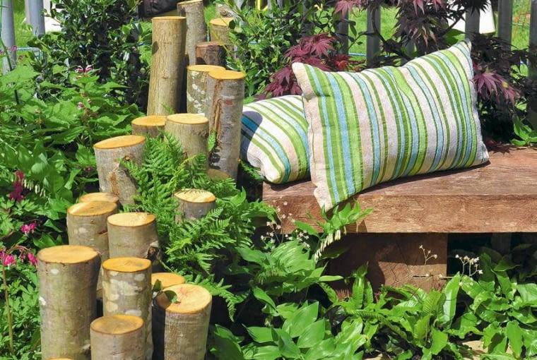Drewno w ogrodzie. 'Murek' z wbitych w ziemię różnej długości kołków zdobi ogród i dodaje kameralności jego zakątkom