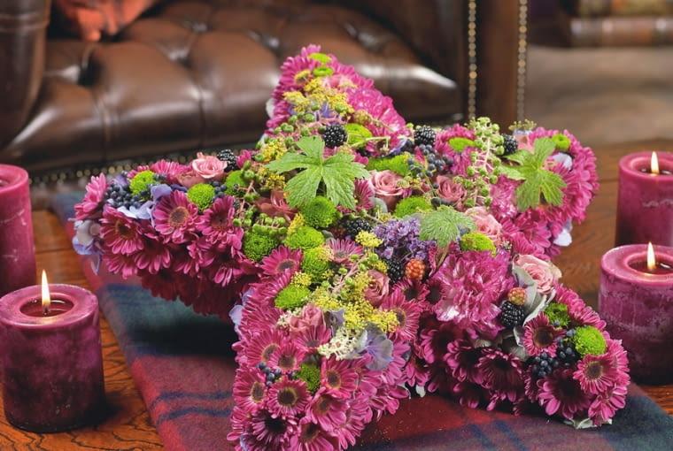 Orientalne kompozycje kwiatowe. Wśród chryzantem m.in. budleje, hortensje, szarłatka, róże, liście bodziszka oraz owoce aronii i jeżyny