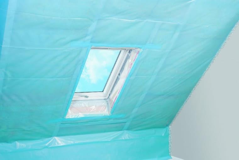 Przed skutkami zawilgocenia wełny stale napływającą z wnętrza domu parą wodną chroni folia paroizolacyjna, która skutecznie spowalnia ten proces