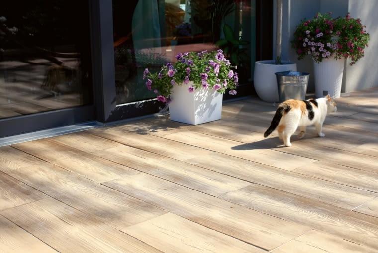 Betonowe płyty na tarasie pozwalają nie tylko wygodnie ustawić meble ogrodowe, ale też bezproblemowo dbać o nawierzchnię. Nie wymagają impregnacji, ani odnawiania, wystarczy zmiatać je i myć