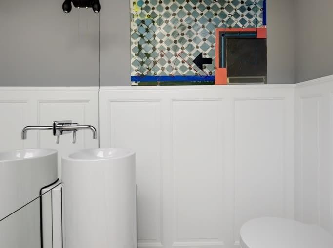 Podłogę w toalecie wyłożono płytkami ceramicznymi z hiszpańskim motywem.