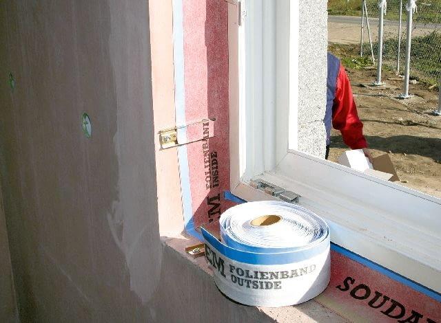 Na gotowe uszczelnienie okna można nanieść dowolny tynk wewnętrzny