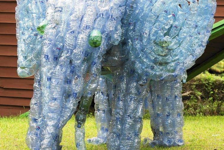 SŁOŃ LEKKI JAK PIÓRKO Z BUTELEK PET można też tworzyć... ogrodowe rzeźby. Wznosimy je na kilka sposobów - łącząc całe butelki klejem, odcinając denka i wciskając jedną butelkę w drugą albo nawlekając przedziurawione butelki na drut.