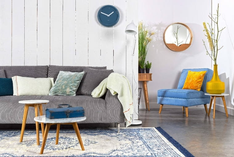PRZETARTE TKANINY dodają nowoczesnemu salonowi nieco patyny: poduszka, 179 zł, dywan, 170 x 240 cm, 1652 zł, dutchhouse.pl