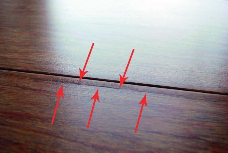 Skutki spękania desek bambusowych w obrębie nadpiórza. Ta bardzo częsta wada uwidacznia się dopiero po jakimś czasie użytkowania podłogi