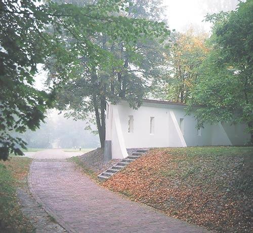 Park Natoliński w Warszawie. Fragment parku z murem przy budynku wozowni