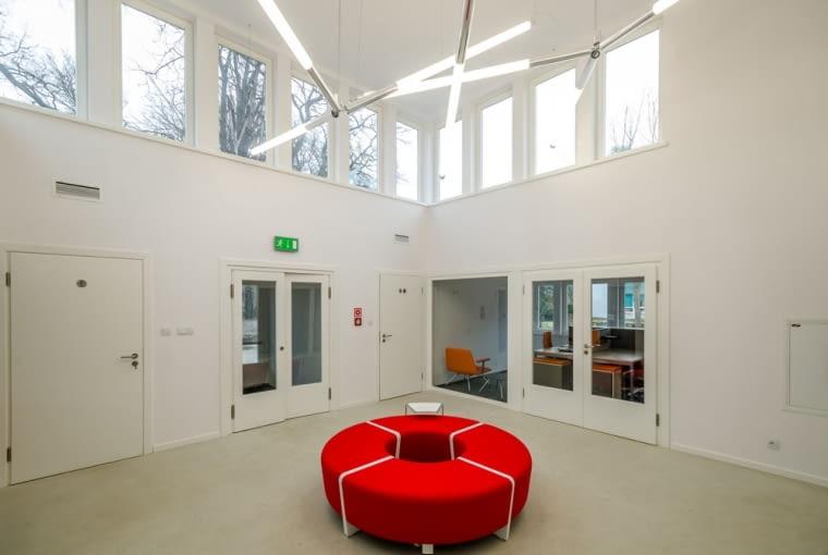 Siedziba Dolnośląskiej Okręgowej Izby Architektów RP we Wrocławiu. Mieście się w zrewitalizowanym przedszkolu na osiedlu WUWA.