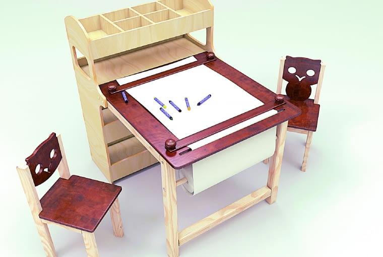 Biurko z regałem i papierem do rysowania, drewno 899 zł, krzesła 99 zł/szt. ArtMaks/dawanda.pl
