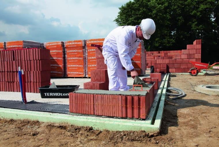 Producenci ciepłych materiałów murowych mają specjalnie opracowane systemy budowania, gdzie oprócz elementów ściennych oferują wiele dodatkowych rozwiązań, które ograniczają ucieczkę ciepła przez ściany