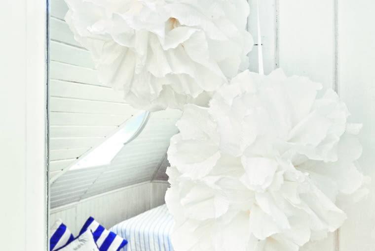 Na podłodze leży miękka wykładzina dyanowa, idealna do sypialni.