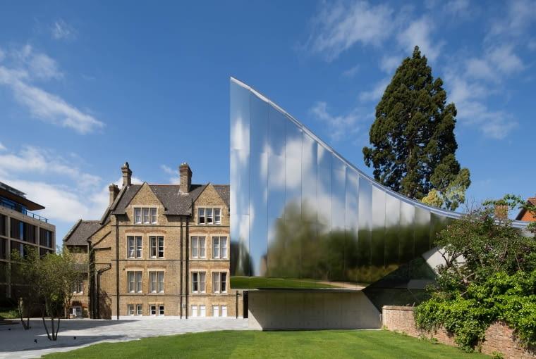 Investcorp Building, Oxford University's Middle East Centre w St Antony's College, Oxford, Wielka brytania, proj. Zaha Hadid Architects, nominacja w kategorii budynki zrealizowane, szkolnictwo wyższe i nauka. Zaproponowana przez Zahę Hadid bryła to odważna i dynamiczna forma o charakterystycznych dla projektantki miękkich liniach i śmiałych rozwiązaniach. Elewacje zostały zaprojektowane z wykorzystaniem paneli nierdzewnej stali odbijającej światło i silnie kontrastujących nową formę z zastanymi i objętymi ochroną historycznymi zabudowaniami kompleksu uniwersyteckiego.