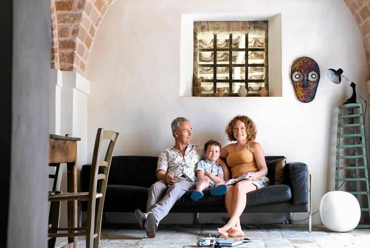 RODZINA W KOMPLECIE Ruth, Steve i mały Charlie. Na ścianie obok okienka maska-rzeźba, dzieło Steve'a.