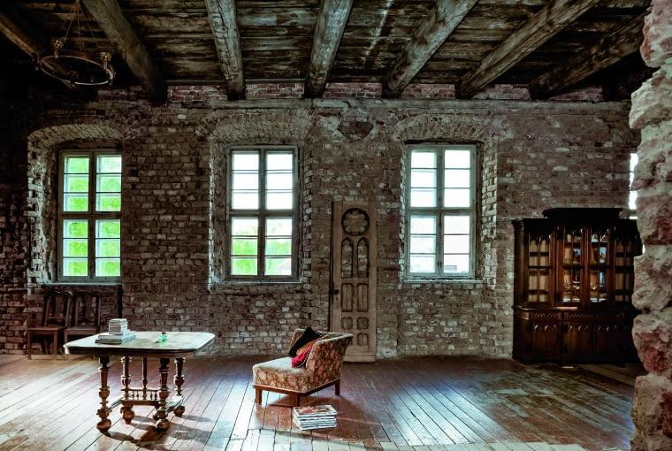 """Stylizowany, XX-wieczny fotel jest z paryskiego mieszkania, podobnie jak francuski rozkładany stół """"bocian"""". W tych wnętrzach antyki mieszają się z retro i sprzętami DIY. Jedyne, czego gospodarz się wystrzega, to wyposażenie stricte współczesne."""