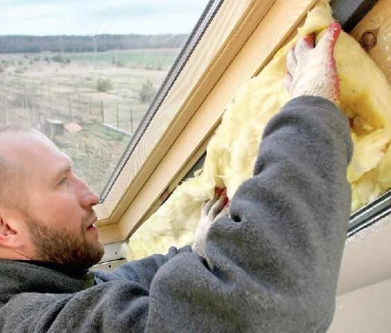 Krok 9. Odpowiednio przycięte pasy wełny mineralnej układa się również na bocznych powierzchniach krokwi. Eliminuje to przerwy w ociepleniu.